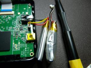 膨らんだ駄目なバッテリーと正常なバッテリーの比較